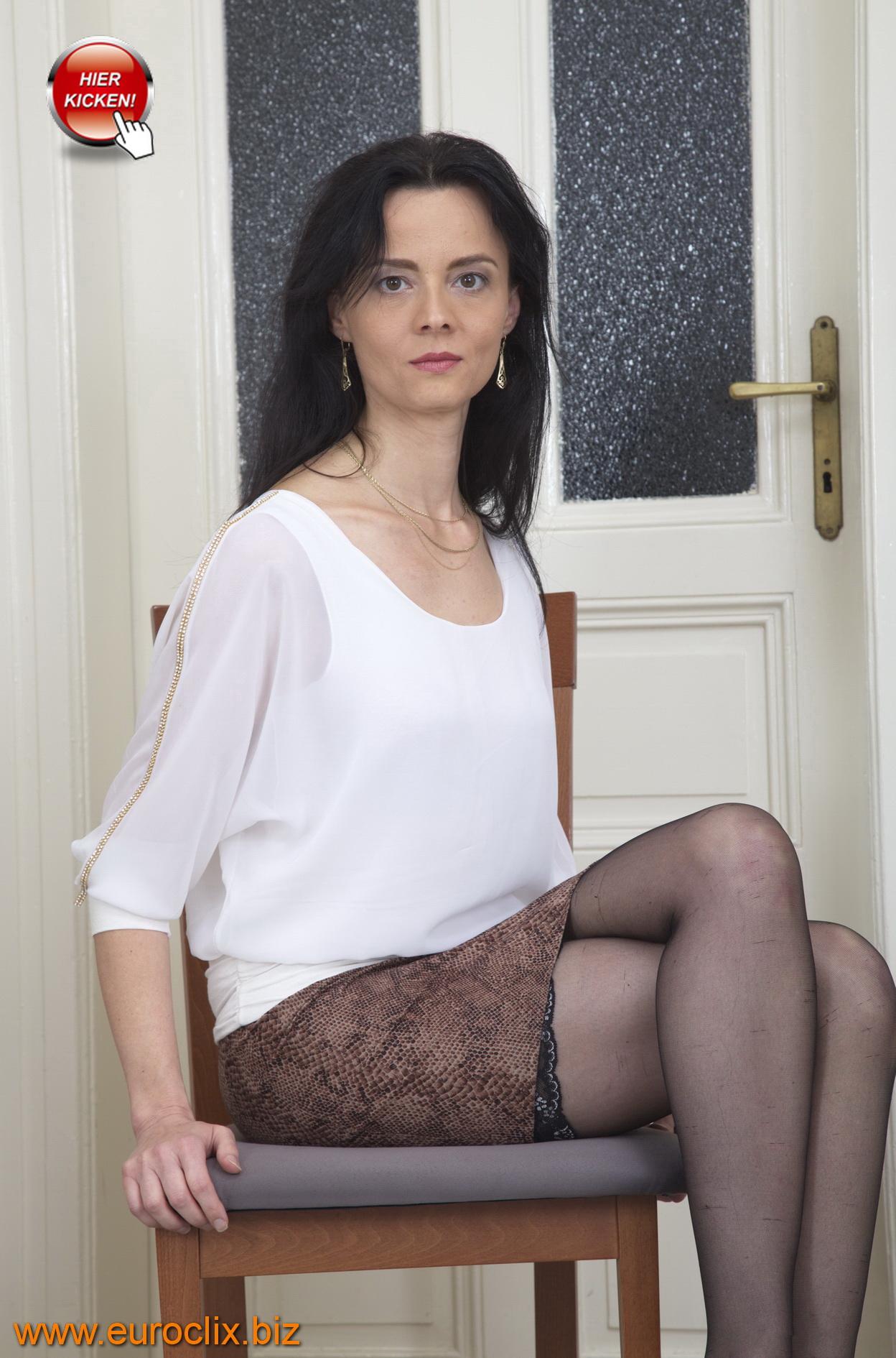 Diana ist eine schwarzhaarige Hausfrau aus Hannover in den besten Jahren